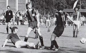 Peter Taubert (links) klärt gegen einen Eintracht-Spieler. Walter Schwarz und Wildried Wohlfart (rechts) sehen genau hin.